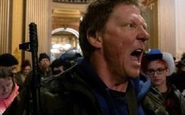 Dân Mỹ mang súng vào nhà Quốc hội tiểu bang biểu tình, phản đối lệnh phong tỏa