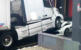 Bị đuổi việc, nhân viên lái container nghiền nát đầu Ferrari GTC4Lusso siêu đắt đỏ của sếp