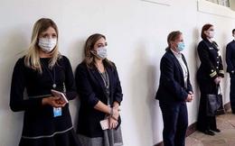 Cảnh tượng hiếm thấy ở Nhà Trắng: Nhân viên đeo khẩu trang