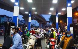 Ảnh: Dân ùn ùn đổ xăng trước thông tin tăng giá