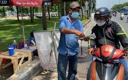 Nhiều người nháo nhào tìm mua bảo hiểm xe máy, điểm bán trên lề đường mọc lên như nấm