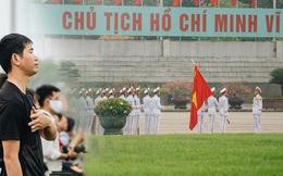 130 năm sinh nhật Bác Hồ: Người Hà Nội đến dự lễ chào cờ ở Quảng trường Ba Đình lịch sử, phố phường rực rỡ cờ hoa