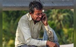 """Người đàn ông """"bất lực"""" òa khóc bên đường khi nghe tin con chết mà không thể về thăm: Vậy mới thấy đại dịch đã chà đạp lên tầng lớp thấp nhất xã hội thế nào!"""