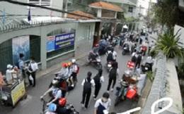 Clip: Khoảnh khắc cây phượng bật gốc, đổ đè 18 học sinh thương vong ở Sài Gòn