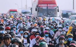 """Ảnh: Người dân vội vã đi làm, học sinh quay trở lại trường học khiến đường Sài Gòn """"kẹt xe không lối thoát"""" từ sáng sớm"""