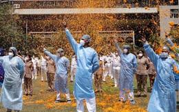 """Khoảnh khắc choáng ngợp """"gây bão"""": Hàng ngàn cánh hoa tung bay trên bầu trời Mumbai để cảm ơn những vị anh hùng chống dịch Covid-19"""