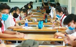 """Học sinh TP.HCM ngồi học """"bàn tròn"""", đối diện nhau ở 2 đầu bàn để phòng Covid-19"""