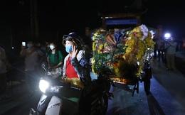 Người dân Hạ Lôi chở hoa đi bán trong đêm ngay khi lệnh cách ly được dỡ bỏ