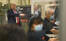 Tổng thống Trump để 'mặt mộc' khi đến thăm nhà máy khẩu trang