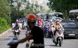 Người dân Hà Nội khổ sở ra đường trong ngày đầu đợt cao điểm nắng nóng