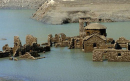 """Sự thật về """"ngôi làng ma"""" gần 1.000 năm tuổi chìm nghỉm dưới nước rồi lại bất ngờ nổi lên sau nhiều năm, tàn tích gần như còn nguyên vẹn gây ngỡ ngàng"""