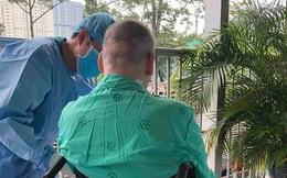 Bệnh nhân phi công người Anh ngồi xe lăn, đi phơi nắng mỗi ngày