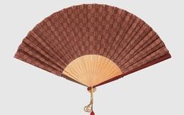 """Mùa hè cũng """"lạnh gáy"""" với chiếc quạt vải lụa cầm tay trị giá hơn 24 triệu đồng, thiết kế bao da bọc ngoài sang xịn"""