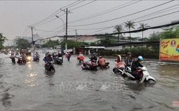 Mưa kéo dài hơn 4 tiếng, nhiều tuyến đường tại TP Hồ Chí Minh chìm trong biển nước