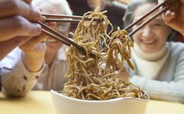 Covid-19 thay đổi thói quen dùng đũa trong bữa ăn của người Trung Quốc