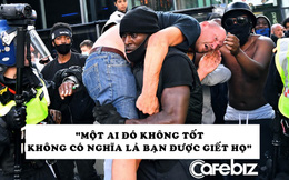 Người biểu tình da màu vác người đàn ông da trắng bị thương thoát đám đông biểu tình: Tôi không muốn thảm họa lặp lại!