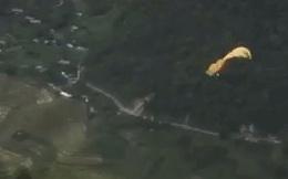 Yên Bái: Trong lúc lượn dù, phi công người Nga rơi từ độ cao 20m xuống vực