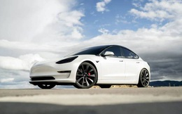 Tesla tung phiên bản xe điện chạy 647km một lần sạc, đẩy giá cổ phiếu tăng vùn vụt