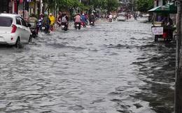 Nhiều tuyến đường Sài Gòn biến thành sông sau cơn mưa cuối tuần