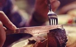 Mời bạn đi ăn bít tết nhưng chỉ ăn hết một nửa, người đàn ông đã làm 1 việc khiến đầu bếp cúi đầu kính nể