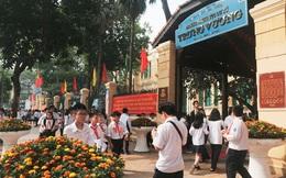 Hà Nội: Người phụ nữ mặc trang phục xe ôm công nghệ lừa đón học sinh trước cổng trường
