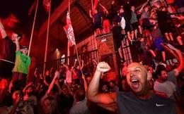 HLV Klopp rớt nước mắt, fan nô nức xuống đường lúc nửa đêm ăn mừng Liverpool vô địch Premier League bằng kỳ tích chưa từng có trong lịch sử bóng đá Anh