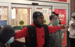 Người biểu tình dựng 'hàng rào sống' ngăn nhóm cướp phá xông vào cửa hàng