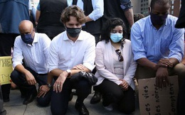 Thủ tướng Canada đeo khẩu trang, quỳ gối tham gia biểu tình chống nạn phân biệt chủng tộc