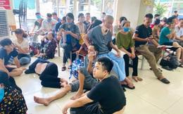 Người nhà bệnh nhân vạ vật ở hành lang bệnh viện tránh nắng nóng 40 độ