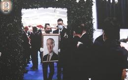 Lễ nhập quan của Vua sòng bài Macau: Hơn 300 ảnh gia tộc được trình chiếu, con trai thứ 2 xúc động cầm di ảnh của bố