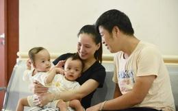 Đang tiến hành phẫu thuật tách dính 2 bé gái song sinh: Bố mẹ con đã khóc, mọi người đều mong các con được bình an