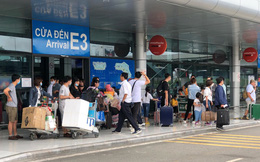 Ảnh: 'Biển người' vật vã hàng tiếng đồng hồ chờ check-in tại sân bay Nội Bài giữa mùa cao điểm du lịch