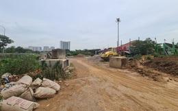 Hà Nội: Bàn giao nhà liền kề cao cấp nhưng... chưa có đường vào, khách hàng C2 Gamuda Gardens lại căng băng rôn đòi quyền lợi