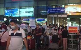 Ảnh, clip: Sân bay Đà Nẵng tấp nập người làm thủ tục, nhiều khách mua vé giờ chót