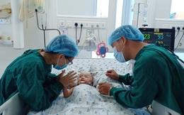 Xúc động khoảnh khắc 2 bé Diệu Nhi - Trúc Nhi cười tươi rói khi được gặp ba mẹ