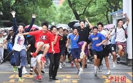 Hoàn thành môn cuối cùng của kỳ thi đại học khắc nghiệt nhất thế giới, học sinh Trung Quốc vỡ òa cảm xúc lao ra khỏi cổng trường