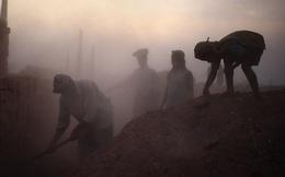 Bloomberg: Cả một thế hệ trẻ em Ấn Độ lụi tàn vì dịch Covid-19