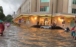 """Mưa lớn trút xuống hàng giờ khiến nhiều tuyến phố Hà Nội thành sông, ô tô và xe máy """"bơi"""" trong nước"""