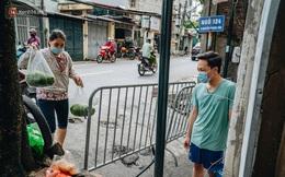 Ảnh: Cận cảnh phong tỏa con ngõ nơi nữ kế toán ở Hà Nội sinh sống, nghiêm ngặt việc nhận hàng từ bên ngoài