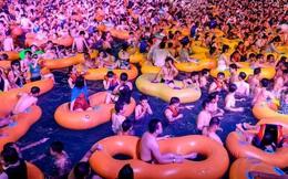 """Vũ Hán mở đại tiệc """"pool party"""" với hàng nghìn người tham gia, chẳng ai đeo khẩu trang: Cơn ác mộng tại vùng đất khởi phát dịch bệnh đã qua?"""
