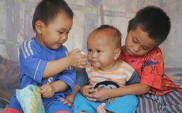 """Cha ốm nặng nằm một chỗ, 3 đứa trẻ nhem nhuốc, đói ăn trong căn nhà không nóc: """"Con đói bụng mà mẹ không chịu nấu cơm"""""""