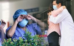 Ảnh: Y bác sĩ bật khóc, vỡ òa hạnh phúc trong giây phút Bệnh viện Đà Nẵng được gỡ lệnh phong tỏa