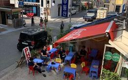 """Có một quán ăn đậm chất vỉa hè Việt Nam giữa lòng Seoul: """"Copy"""" từ bàn nhựa xanh ghế đỏ, đồng phục quán độc đáo có 1 không 2"""