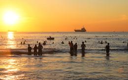 Ảnh: Hàng nghìn người dân Đà Nẵng hào hứng tắm biển sáng sớm sau 45 ngày phải cách ly vì Covid-19