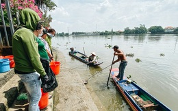 """Ảnh: Bất lực đứng nhìn """"đội quân"""" chích điện vớt cả trăm ký cá phóng sinh trước mặt để bán lại với giá 50.000 đồng/kg"""