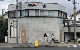 Quán cà phê trông như nhà hoang ở Nhật Bản, linh vật là một quả chuối, khách tới mua hàng qua ô cửa như lỗ châu mai
