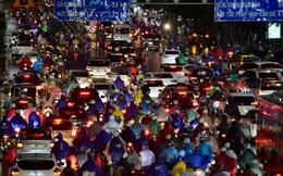 Đường phố Hà Nội đang ùn tắc kinh hoàng hàng giờ liền sau trận mưa lớn, dân công sở kêu trời vì không thể về nhà