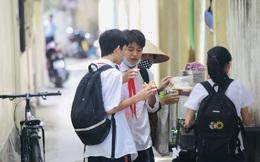 Hàng ăn vặt bủa vây cổng trường: Khó quản?