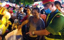 Nhiều chủ quán trên phố Hàng Mã bị xử lý vì treo biển thu tiền chụp ảnh