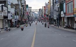 Chùm ảnh: Phố xá Sài Gòn vắng lặng và yên bình ngày đầu năm, nhiều phụ nữ diện áo dài tươi cười dạo phố